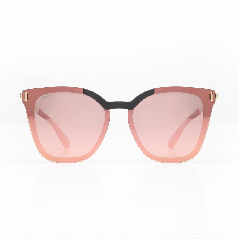Fotografía de gafas sobre fondo blanco